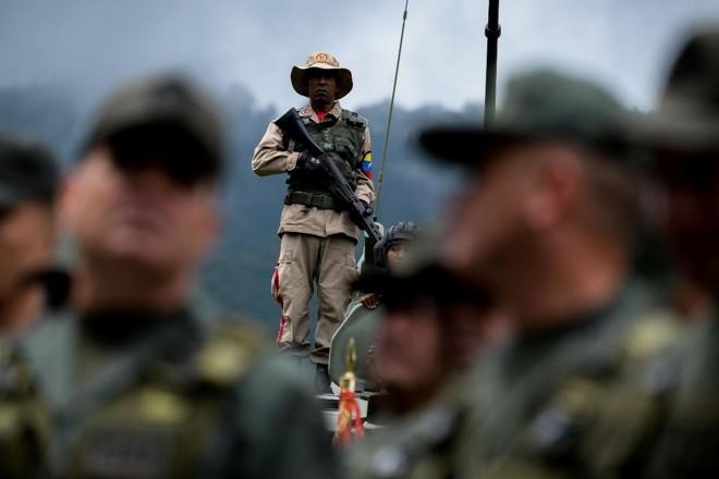 Soldados até agora tinha sido amplamente poupados da escassez de alimentos, mas em meio à profunda crise econômica no país, tropas também sofrem | FEDERICO PARRA/AFP