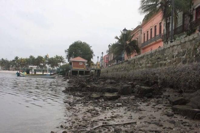 Mar bastante recuado chamou a atenção da população em Paranaguá. | Iroze Picanço/Divulgação Agora Litoral