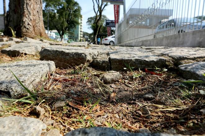 Buracos dificultam vida de pedestres, principalmente idosos e pessoas com dificuldade de locomoção | Giuliano Gomes/Tribuna do Paraná
