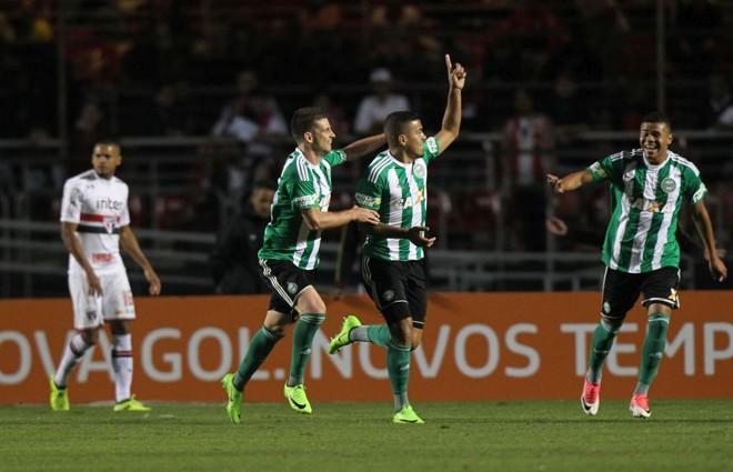 Carleto comemora o primeiro gol do Coxa no Morumbi. | WERTHER SANTANA/ESTADÃO CONTEÚDO