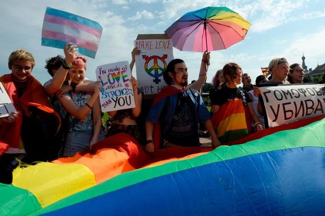 Manifestantes protestam a favor da causa LGBT em São Petersburgo, na Rússia | OLGA MALTSEVA/AFP