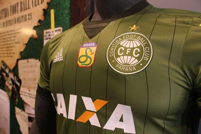 Nova camisa do Coritiba  com o brasão em homenagem a  FEB.   Divulgação/Coritiba