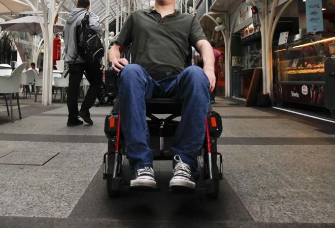 Pessoas que têm cadeiras de rodas, muletas e outros equipamentos hospitalares podem encontrar quem precisa   Daniel Castellano/Gazeta do Povo