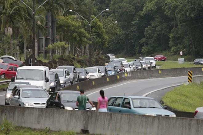 Autoridades pedem que motoristas não reduzam velocidade para ver acidentes | Albari Rosa/Gazeta do Povo