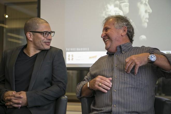 Alex com Zico durante lançamento do filme sobre a carreira. | Marcelo Andrade/Gazeta do Povo