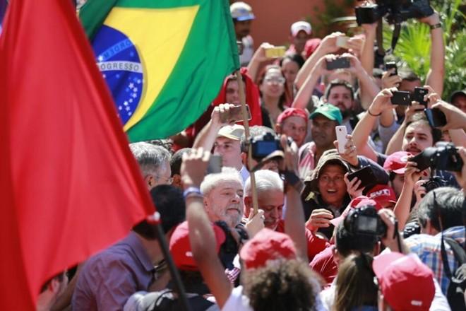 Ex-presidente Lula chega à Justiça Federal em Curitiba para prestar depoimento. | Jonathan Campos/Gazeta do Povo