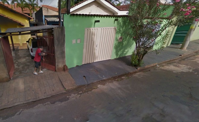 Segurado aparece varrendo a calçada na plataforma do Google   Reprodução/Google Street View