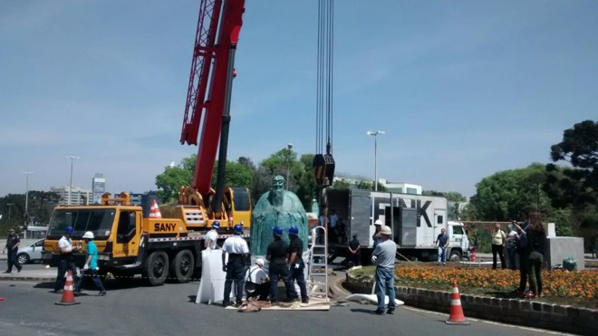 Doado pelo governo chinês, monumento tem quase 3 metros de altura e 1,2 tonelada | Aniele Nascimento/Gazeta do Povo