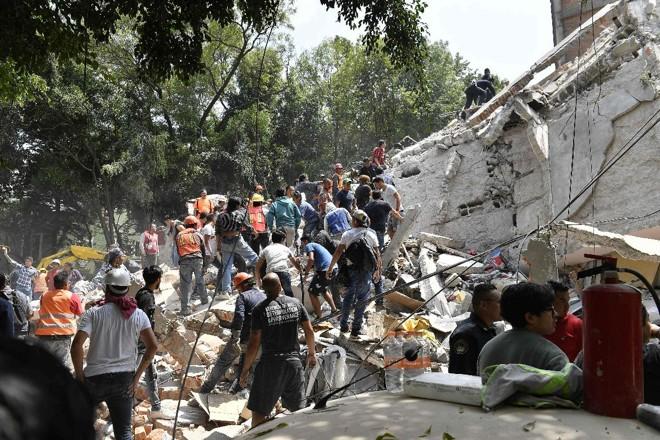 Mexicanos trabalham em escombros após registro de terremoto | OMAR TORRESAFP