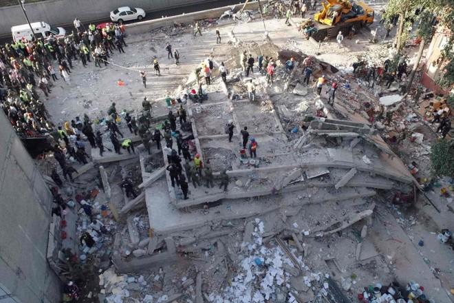Socorristas buscam por sobreviventes em meio aos escombros depois do abalo sísmico que destruiu o México | MARIO VAZQUEZ/AFP