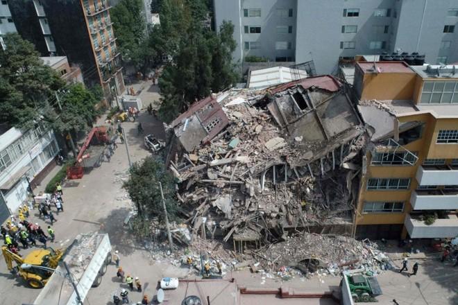 Vista aérea de um edifício destruído após o abalo sísmico de 7,1 pontos na escala Richter, na Cidade do México | MARIO VAZQUEZ/AFP