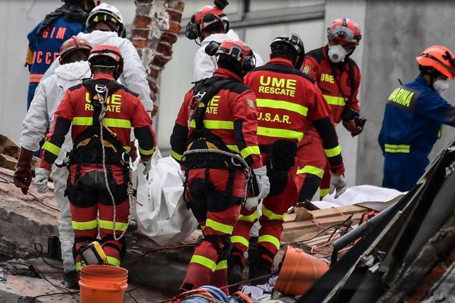 Equipes de resgate trabalharam pouco mais de uma semana na busca por sobreviventes em áreas atingidas por terremoto na Cidade do México | RONALDO SCHEMIDT/AFP
