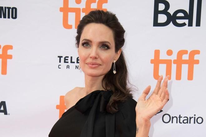 A atriz Angelina Jolie, acena durante o Festival de Cinema em Toronto, em que o filme 'First they Killed my Father' foi premiado | VALERIE MACON/AFP