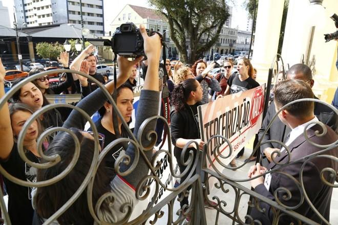 Sindicalistas pressionaram vereadores em sessão no dia 28 de agosto, mas o projeto da prefeitura acabou aprovado por 21 x 7. | Aniele Nascimento/Gazeta do Povo