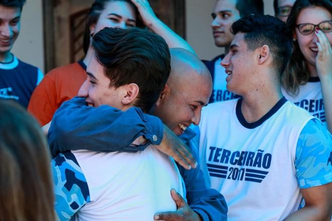 O venezuelano Julio Bernal Galindo e alunos de colégio de Curitiba, após a chegada dos familiares do imigrante ao Brasil, com ajuda da turma | Jonathan Campos/Gazeta do Povo