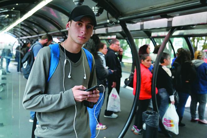 O atendente Lucas Saldanha costuma utilizar o app para consultar o horário dos ônibus   Felipe RosaTRIBUNA DO PARANA