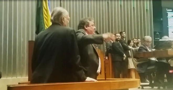 Roberto Freire (à esquerda) foi até a tribuna acompanhar de perto o discurso de Silvio Costa, que o provocava por citação na delação da Odebrecht. | Evandro Éboli    /    Gazeta do Povo