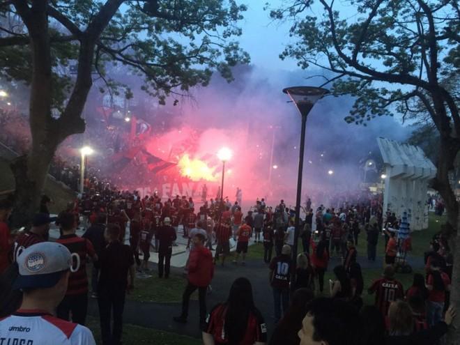 Protesto pacífico durante o jogo entre Atlético e Galo. | /