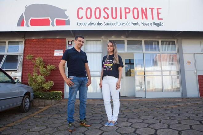 Gestores da Assuvap em frente à Cooperativa de Ponte Nova e Região | Daniel Caron/Gazeta do Povo