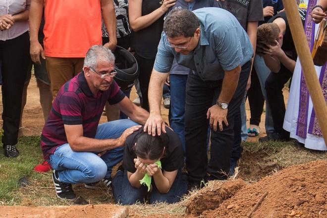 Mãe do estudante João Vitor Gomes acompanha enterro do filho em Goiânia (GO), neste sábado: adolescente foi morto a tiros por um colega de sala de aula. | Guilherme CostaEstadão Conteúdo