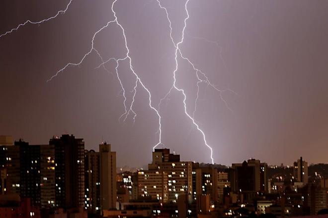 Chuvas que chegam nesta quinta (19) ao PR podem vir acompanhados de raios | Albari Rosa/Gazeta do Povo