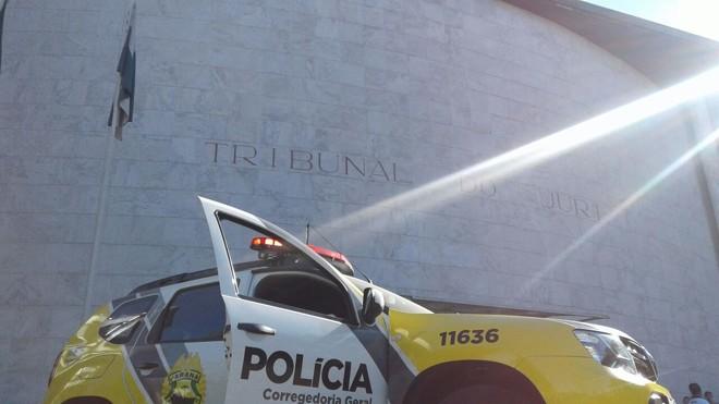 Viatura da Corregedoria da PM em frente ao Tribunal do Juri, onde 12 PMs são julgados pela acusação de extermínio.   Gerson Klaina/Tribuna do Paraná