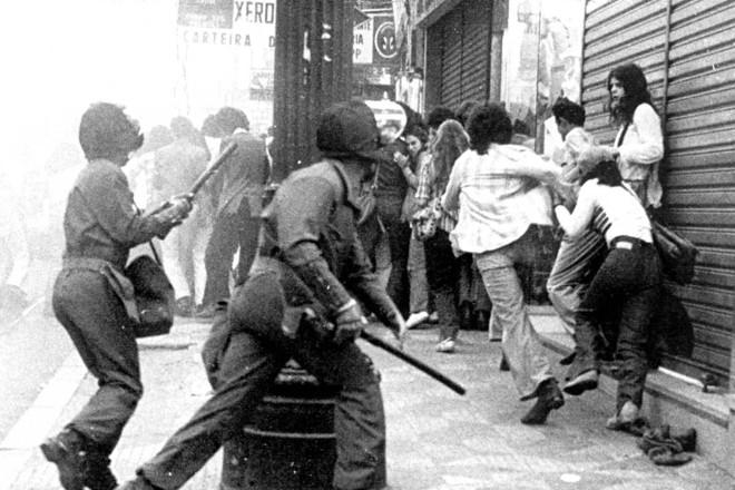 Policiais reprimem manifestação de estudantes contra a Ditadura Militar, no centro de São Paulo, no dia 24/08/1977 | ADRIANA NERY/Estadão Conteúdo ARQUIVO