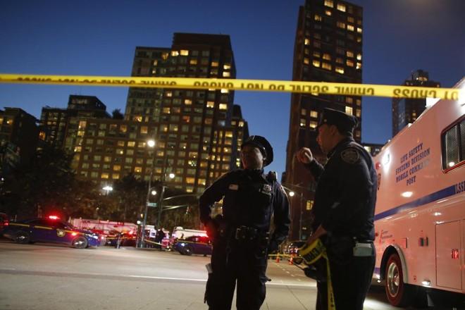 Policiais vigiam área próxima ao ataque, horas depois do incidente | KENA BETANCUR/AFP
