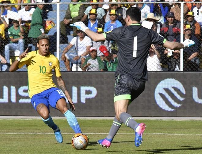 Goleiro Lampe, da Bolívia, e o brasileiro Neymar travaram um duelo particular em La Paz. | AIZAR RALDES/AFP