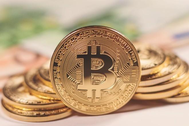 O bitcoin não existe em meio físico — estas moedas são apenas representações livres de como seria uma eventual moeda | Bigstock