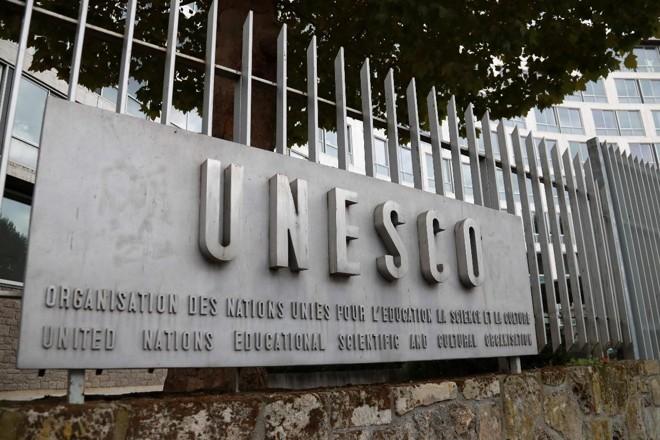 Foto tirada em 12 de outubro de 2017 mostra o logotipo da sede da Organização das Nações Unidas para a Educação, a Ciência e a Cultura (UNESCO) em Paris. | JACQUES DEMARTHON/ AFP