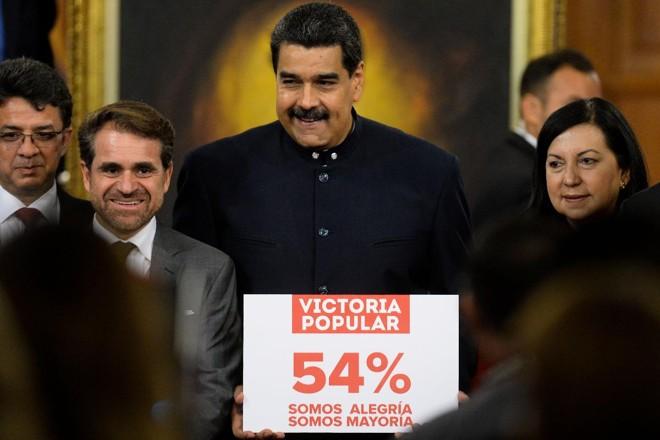 O presidente Nicolás Maduro e outros políticos comemoram após as eleições de domingo (15), na Venezuela | FEDERICO PARRA/ AFP