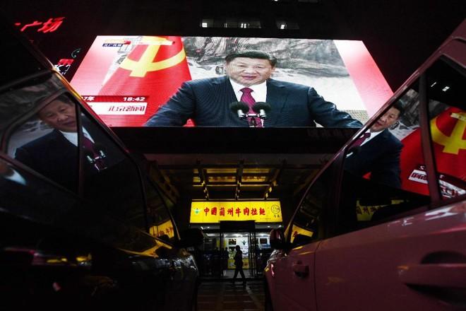 Presidente chinês Xi Jinping, em telão nas ruas de Beijing: líder conquistou segundo mandato como secretário-geral do Partido Comunista Chinês | GREG BAKER/AFP