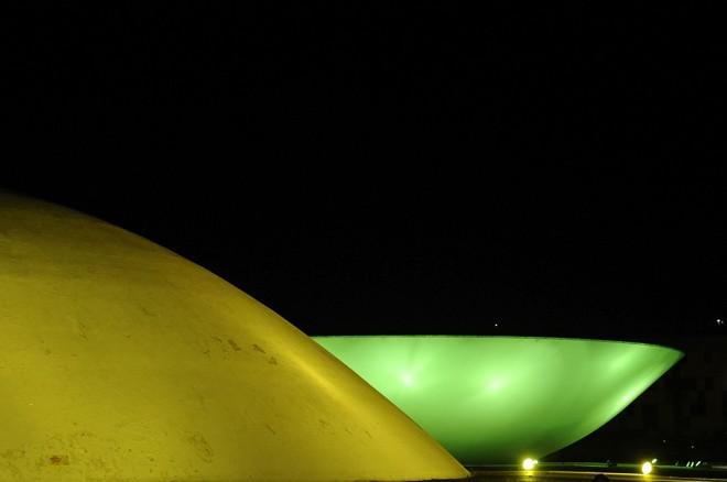 Cúpulas do Senado e da Câmara iluminadas à noite. | Jonas Pereira/Agência Senado