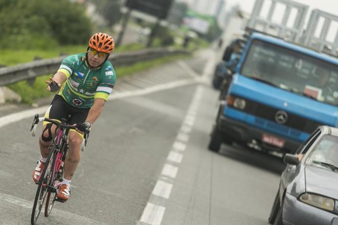 Ciclistas acreditam que mais sinalização alertando motoristas a respeito da presença dos atletas  na BR-277 pode evitar novos acidentes | Marcelo Andrade/Gazeta do Povo