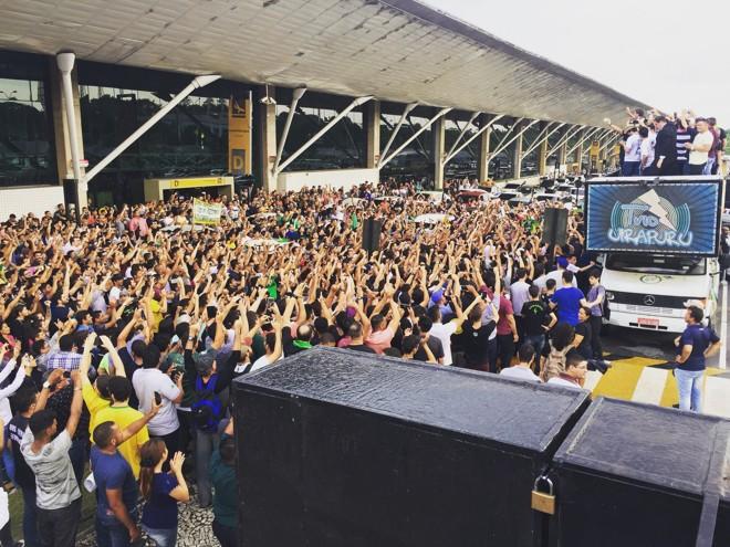 Deputado Jair Bolsonaro discursou de um carro de som para uma multidão do lado de fora do aeroporto de Belém.   Reprodução/Twitter