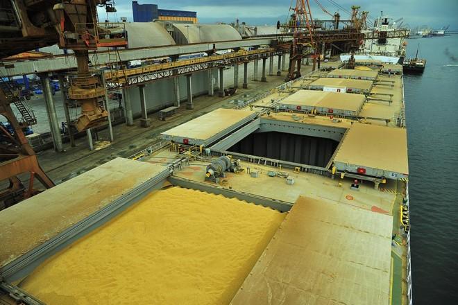 De cada dez navios que saem com soja de Paranaguá, praticamente nove seguem para a China   IvanBueno/APPA