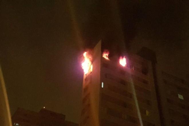 Fogo alto e fumaça preta: incêndio no fim da madrugada em Curitiba. | Renyere TrovãoGazeta do Povo
