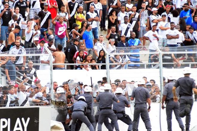 Policiais militares tentam conter invasão de torcedores durante Ponte Preta e Vitória | MATHEUS RECHE/ESTADÃO CONTEÚDO