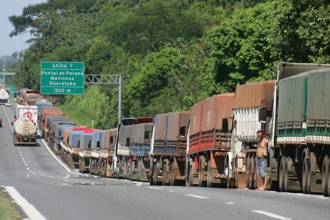 Amaior parte do volume de cargas  chegam a Paranaguá por caminhões | Daniel Castellano/Gazeta do Povo/Arquivo