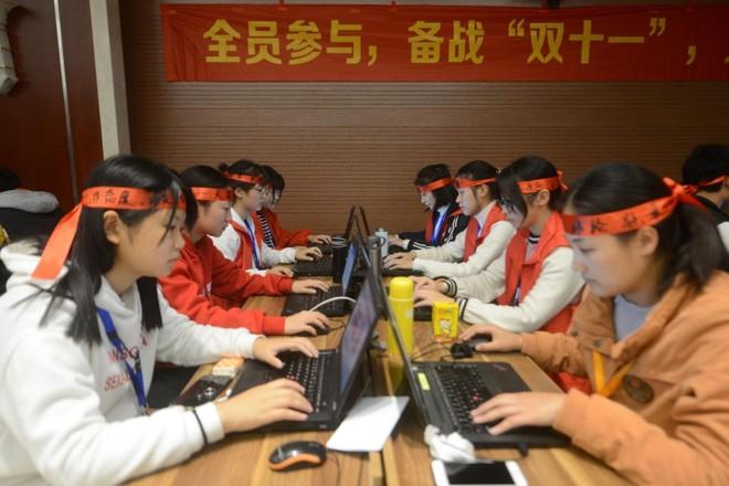 Funcionários de um e-commerce de Yangzhou, da província de Jiangsu, trabalham durante o Single's Day. | STR/AFP