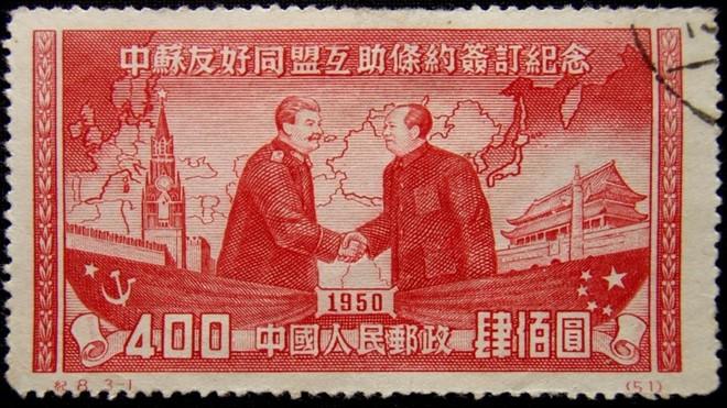 Aperto de mão entre os líderes comunistas da Rússia, Josef Stalin, e da China, Mao Tse-tung | Pixabay