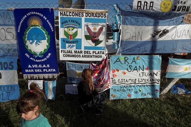 Mensagens de apoio para os 44 membros da tripulação do submarino desaparecido argentino pendurado fora da base da Marinha argentina em Mar del Plata, na costa atlântica ao sul de Buenos Aires, em 22 de novembro de 2017. | EITAN ABRAMOVICH/AFP