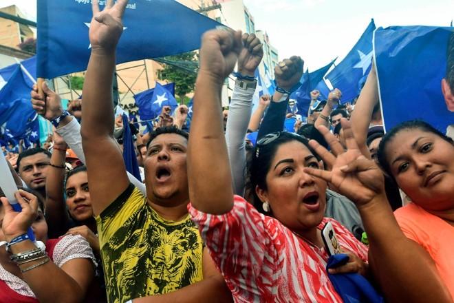 Apoiadores do presidente Juan Orlando Hernández foram às ruas, em Tegucigalpa, em 28 de novembro   RODRIGO ARANGUA/AFP
