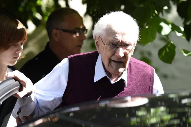 O tribunal presumiu que o condenado Oskar Gröning está apto a cumprir a sentença, apesar de sua idade   TOBIAS SCHWARZ/AFP