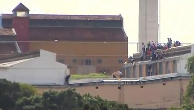 Presos tomam conta do telhado do presídio durante rebelião em Cascavel nesta sexta-feira (10) | RPC TV/Reprodução