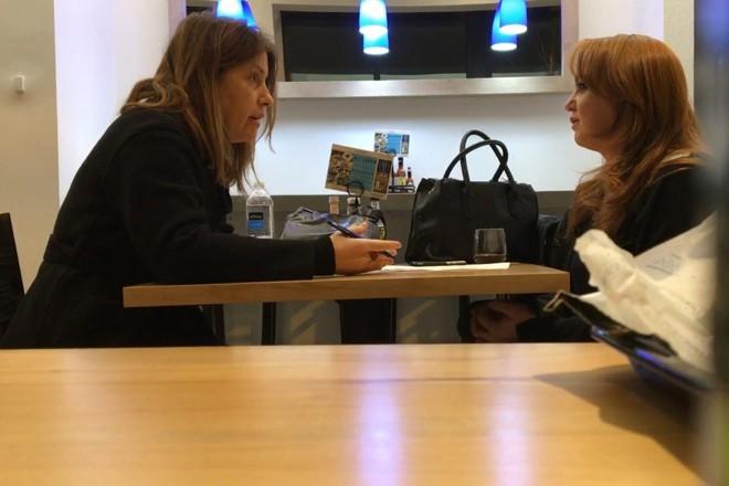 A repórter do Washington Post Stephanie McCrummen, à esquerda, entrevista Jaime T. Phillips em um restaurante grego em Alexandria, Virginia   Dalton Bennett/The Washington Post