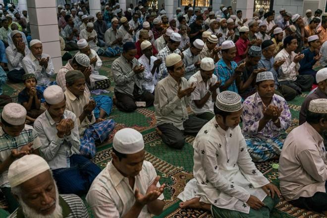 Homens rezam em uma mesquita em Yangon, Myanmar, em 8 de outubro de 2017 | ADAM DEAN/NYT