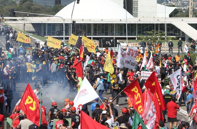 Protesto de centrais sindicais contra a reforma trabalhista, em maio deste ano, em Brasília | Nilton Fukuda /Estadão Conteúdo