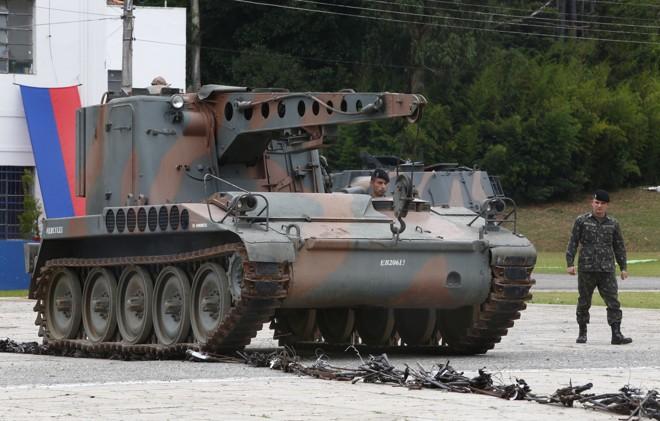 Blindado triturou 1.220 armas no quartel do Boqueirão. | Aniele Nascimento/Gazeta do Povo